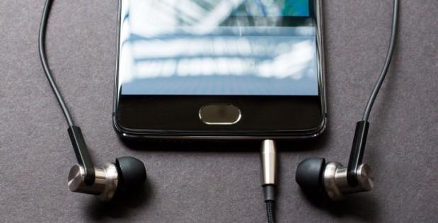 40-phone-shows-headset.jpg
