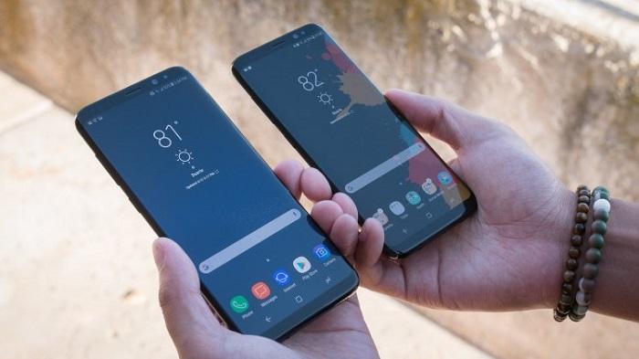 Modelnyiy-ryad-smartfonov-Samsung-dva-smartfona-v-rukah.jpg